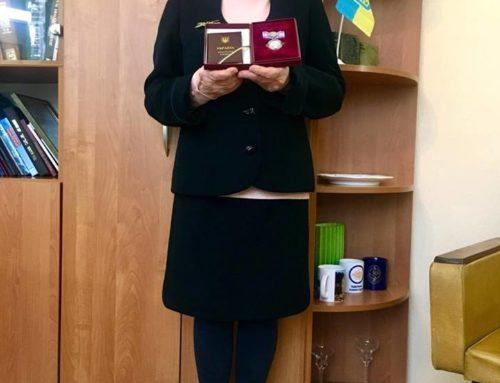 Урочиста мить вручення нагороди директору бібліотеки
